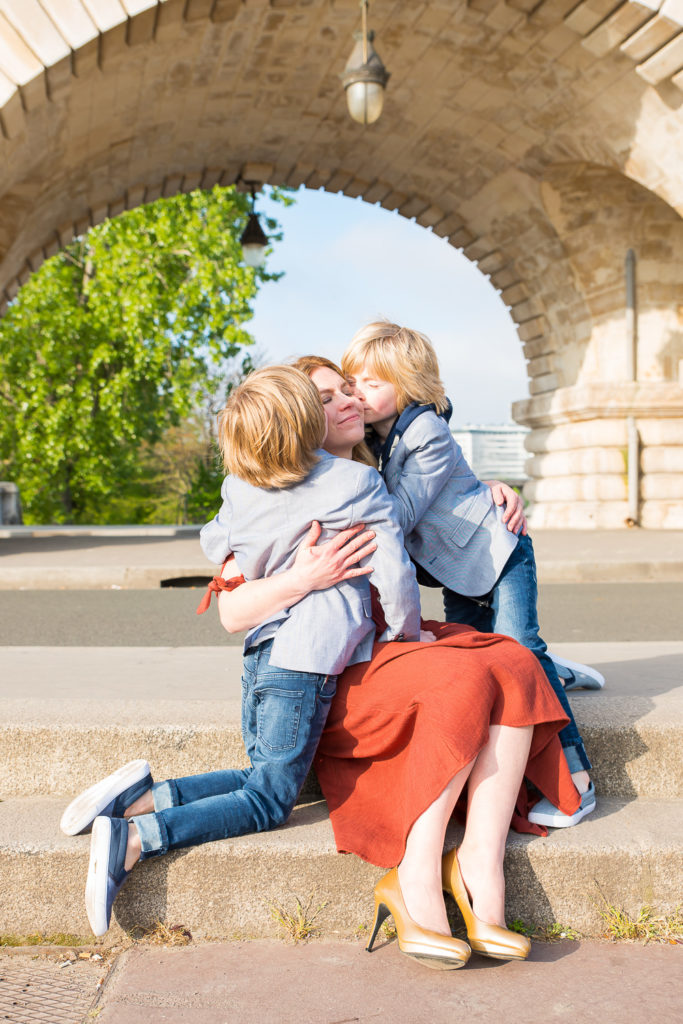 Kiss from mum to twins in Paris