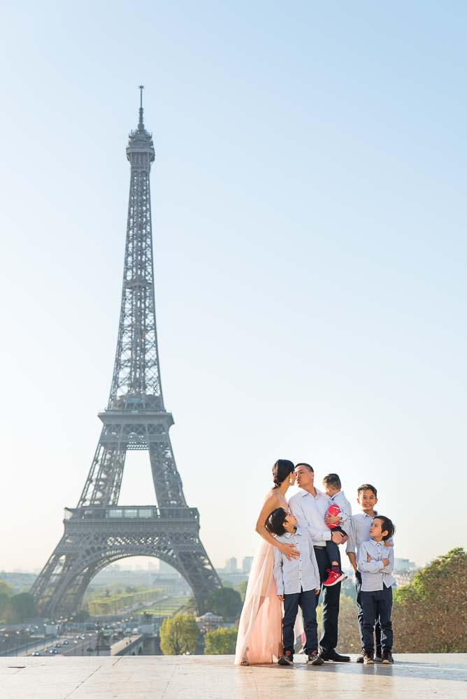 large family photoshoot at Eiffel Tower