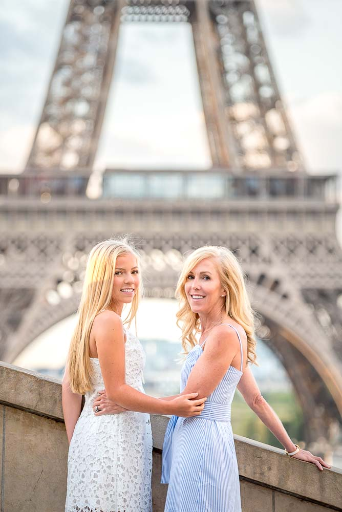 Sweet mother/daughter photshoot at the Eiffel Tower