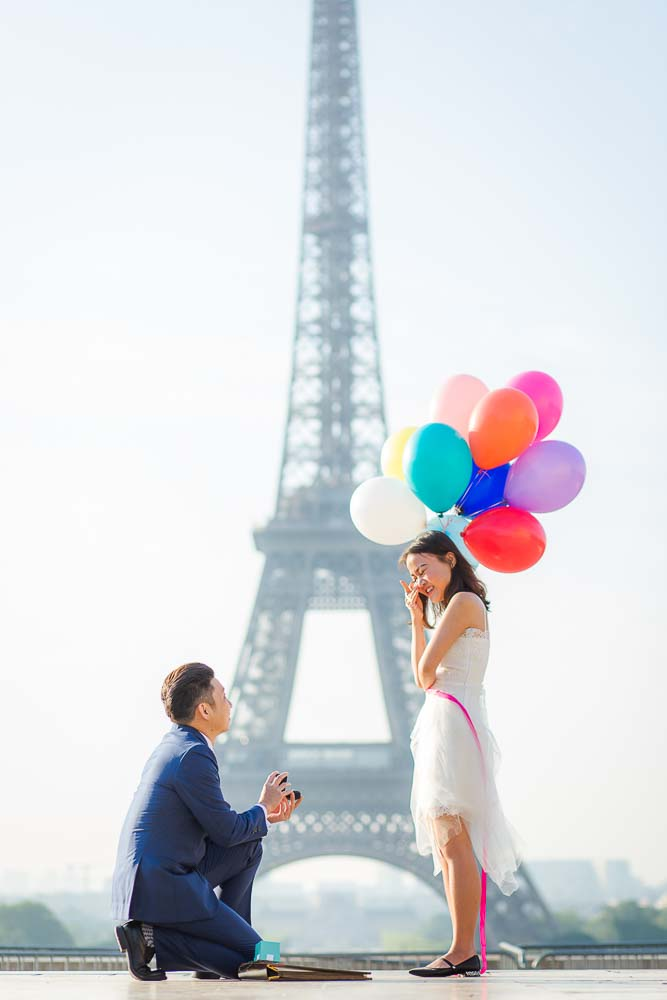 Surprise proposal in Paris with balloons