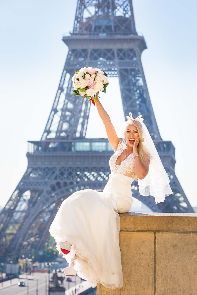 Fun bridal photo session at the Eiffel Tower