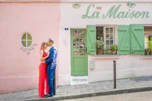 Couple photo in front of La Maison Rose / Montmartre