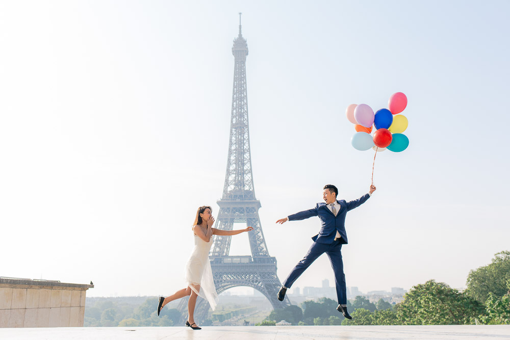 couple balloons eiffel tower